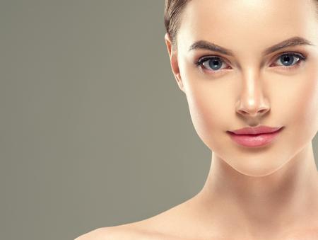 Máscara de ojo parche cosmética mujer mujer cara piel sana. Foto de estudio.
