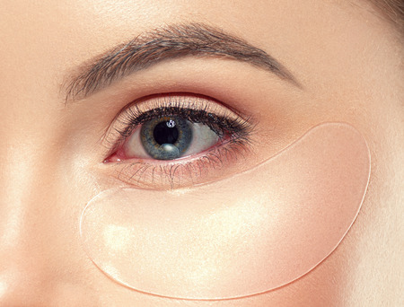Augenkosmetikmaske gesunde Augenhautfrauenschönheit. Studioaufnahme. Standard-Bild