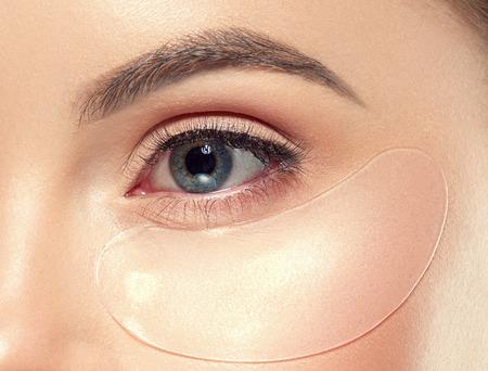 Occhi maschera cosmetica bellezza della donna della pelle dell'occhio sano. Colpo dello studio. Archivio Fotografico