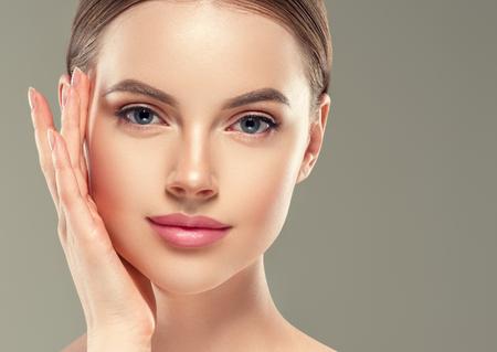 Oogmasker patch cosmetische vrouwelijke vrouw gezicht gezonde huid. Studio opname.