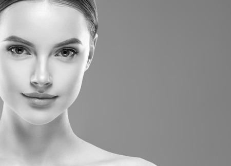 Visage de beauté femme monochrome bouchent portrait. Prise de vue en studio.