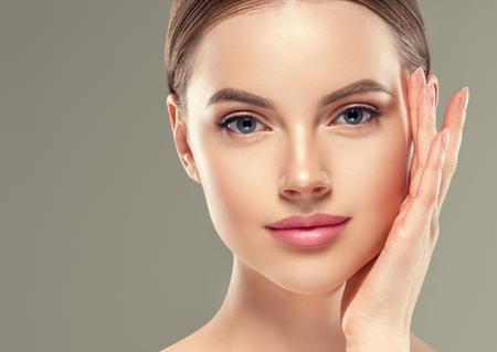 Oogmasker patch cosmetische vrouwelijke vrouw gezicht gezonde huid. Studio opname. Stockfoto
