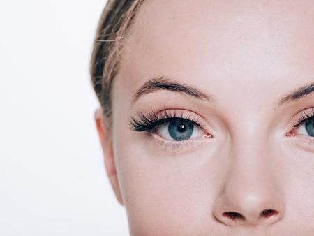 Mooie vrouw gezicht met wimpers wimpers verlenging voor en na schoonheid gezonde huid natuurlijke make-up gesloten ogen. Studio opname.
