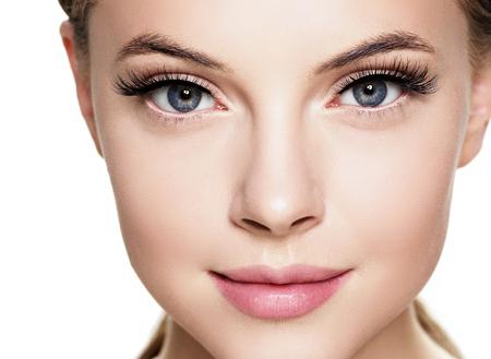 Bello fronte della donna con il trucco naturale della pelle sana di bellezza delle ciglia. Colpo dello studio. Archivio Fotografico