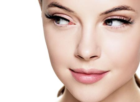 Schönheitsgesicht mit Wimpernschönheit gesunde Haut natürliches Make-up Studioaufnahme.