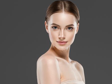 Naturzl maquillaje mujer retrato belleza piel sana concepto de cuidado. Foto de estudio. Foto de archivo