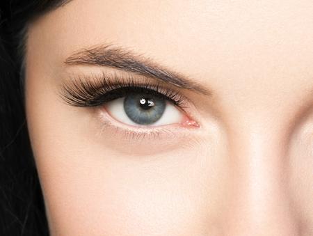 Visage de belle femme avec des cils beauté maquillage naturel de la peau saine. Prise de vue en studio.