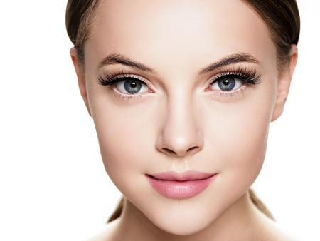 Piękna kobieta twarz z rzęs uroda zdrowa skóra naturalny makijaż. Strzał studio.