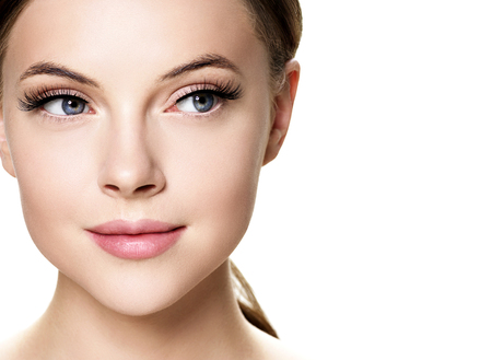 Rostro de mujer hermosa con maquillaje natural de la piel sana de la belleza de las pestañas. Foto de estudio.