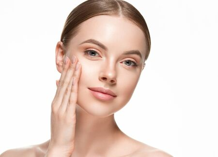 Belle femme femme soins de la peau cheveux sains et peau bouchent portrait beauté visage. Prise de vue en studio.