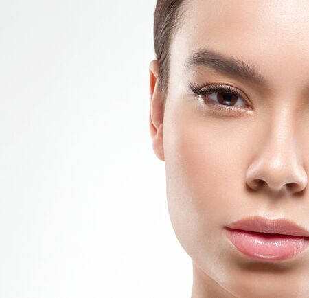 Asie beauté femme peau saine visage propre peau fraîche spa. Prise de vue en studio. Isolé sur blanc. Banque d'images