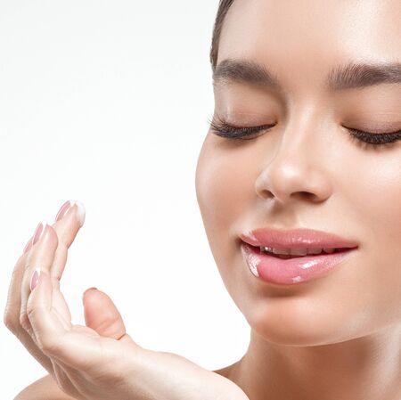 Asien-Schönheitsfrau mit geschlossenen Augen gesundes Hautgesicht sauberes frisches Hautbadekurort. Studioaufnahme. Getrennt auf Weiß. Standard-Bild