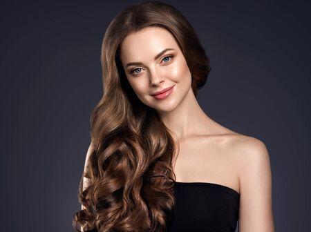 Natürliches Make-up der lockigen Frisur der Schönheitshaarfrau. Studioaufnahme. Standard-Bild