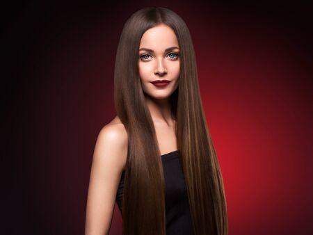 Schöne Haarfrau lange glatte Brunettefrisurschönheit gesundes Haar weibliches vorbildliches Porträt. Studioaufnahme. Standard-Bild