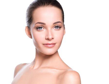 Frauenschönheitsgesicht gesundes Haut natürliches Make-up schönes junges Modell. Studioaufnahme. Standard-Bild