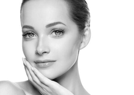 Donna bellezza viso pelle sana trucco naturale bella giovane modella. Colpo dello studio. Monocromo. Grigio. Bianco e nero.