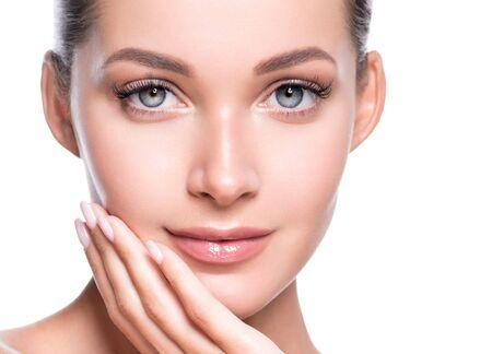Beauté femme visage peau saine maquillage naturel beau jeune modèle. Prise de vue en studio. Banque d'images