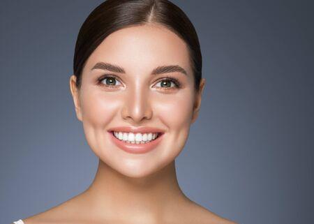 Gesunde Zähne der Schönheitsfrau lächeln gesunde schöne Hautmodellgesichtshautpflege glückliche Frau