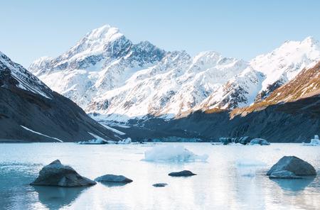 hooker: Stones and icebergs o Hooker Lake, Hooker Glacier, Aoraki National Park, New Zealand
