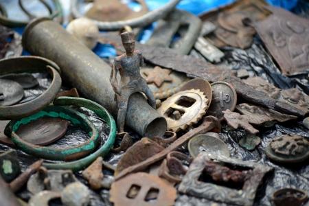 sold small: Piccoli bronzi antichi, che vengono venduti in fiera Archivio Fotografico