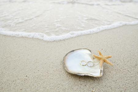 trouwring op de schaal van het strand