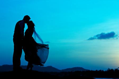 bruidspaar met de zonsondergang