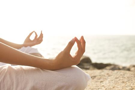 playas tropicales: joven meditaci�n mujer en una pose de yoga en la playa tropical