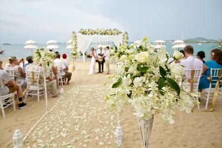 cérémonie mariage: soft focus de la belle décoration florale à la cérémonie de mariage de plage