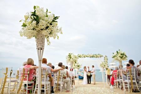 ceremonia: enfoque suave de la hermosa decoración floral en la ceremonia de boda en la playa