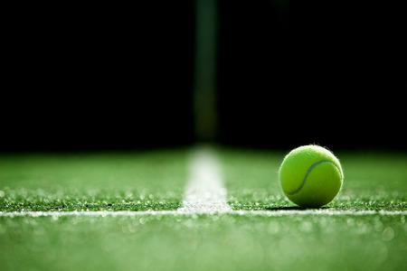 테니스 잔디 코트에서 테니스 공의 소프트 포커스