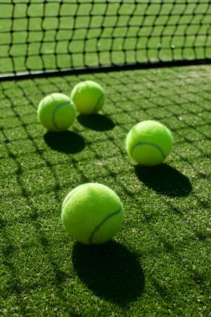 선택적 포커스. 배경에 대 한 좋은 테니스 잔디 법원에 테니스 공을 다시 빛 그림자 스톡 콘텐츠
