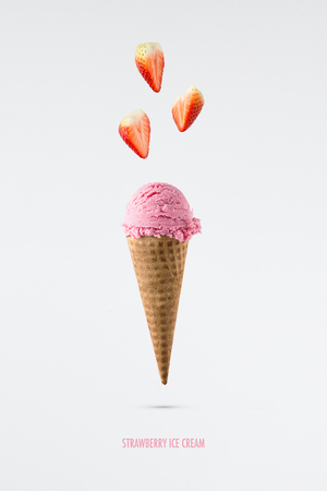 Strawberry ice cream flavor in cones with fresh strawberry setup Stockfoto
