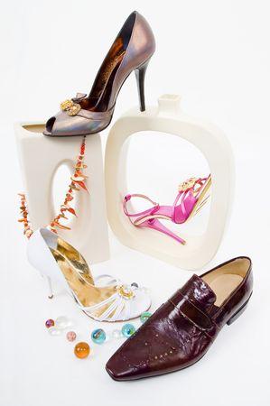 Moda still-life glamour con scarpe isolato su bianco