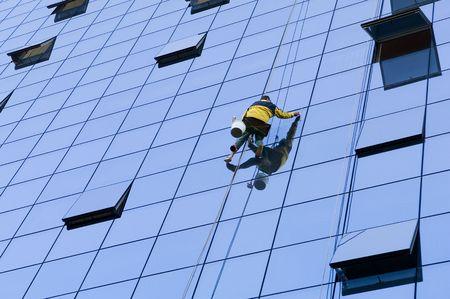 労働者は、非常に高い窓を洗って 写真素材