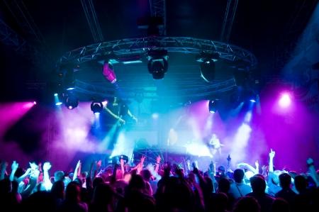 Ludzie relaks na koncert, laser show i muzyka