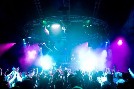 La gente che balla al concerto, laser show e musica