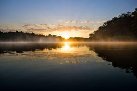 湖の上に美しい日の出