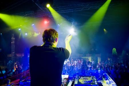 Dj au concert, flou de mouvement, show laser et de la musique