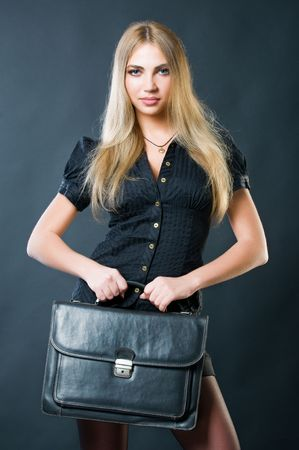 革のスーツケースで美しい女性実業家 写真素材