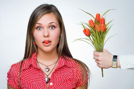 彼女の口の中にハートのキャンディと驚いた少女