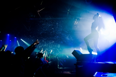 Persone rilassante al concerto, anonima ragazza sul palco