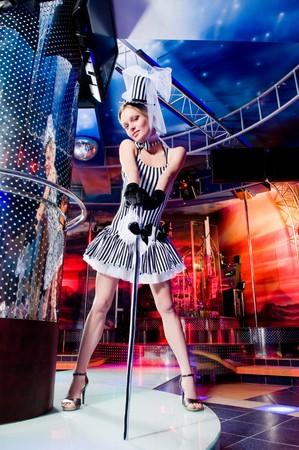 Sexy showgirl in alto cappello, discoteca