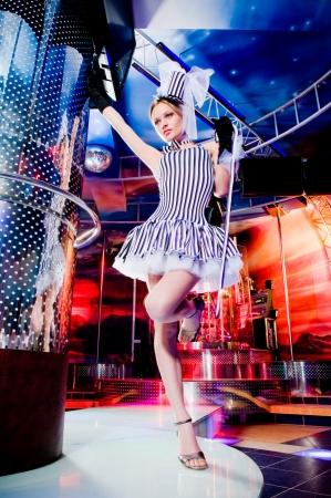 Sexy showgirl en chapeau haut de forme, motion blur