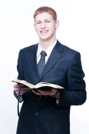 Sorridendo con l'uomo della Bibbia, isolata su sfondo bianco Archivio Fotografico