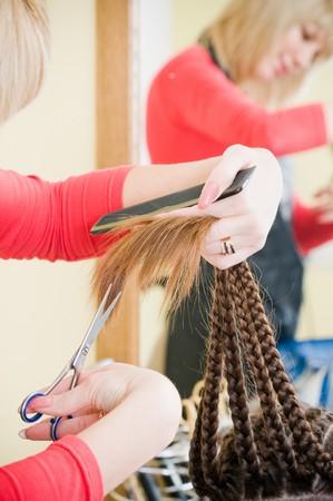 セレクティブ フォーカス美容サロンで髪を切ってのクローズ アップ 写真素材