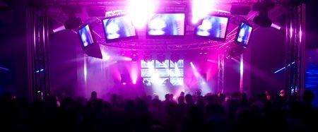 Panorama di un festival di musica con laser show