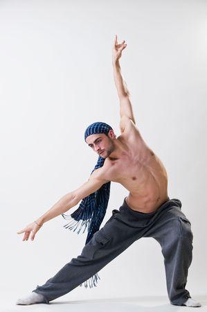 Jeune danseuse exerçant, studio shot
