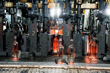 Fabbrica di bottiglie, processo di realizzazione di bottiglie di vetro trasparente