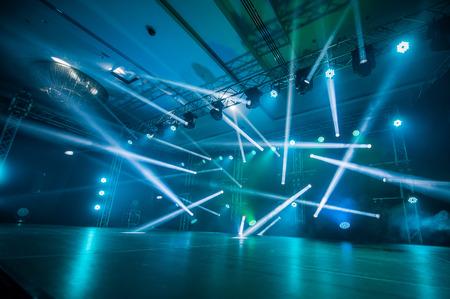 コンサート、照明、光ディスコでステージ上でダンス