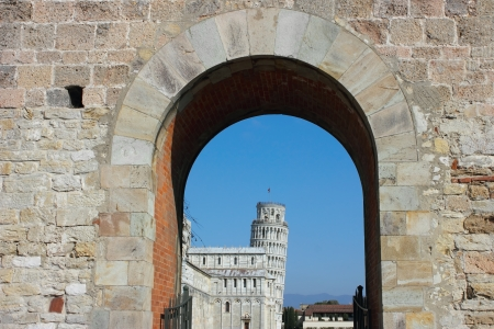 piazza dei miracoli: Entrance to piazza dei miracoli with the leaning tower at the back in Pisa, Italy